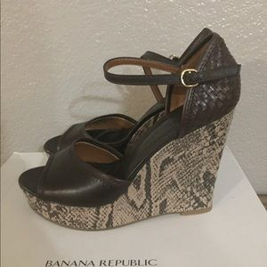 Snake print wedge sandal 9.5 banana republic